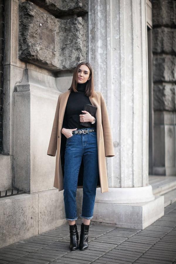 джинсы слоучи с коричневым пальто
