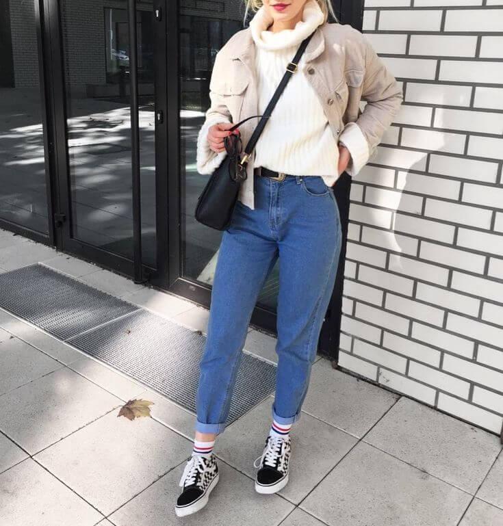 джинсы слоучи с бежевой курткой