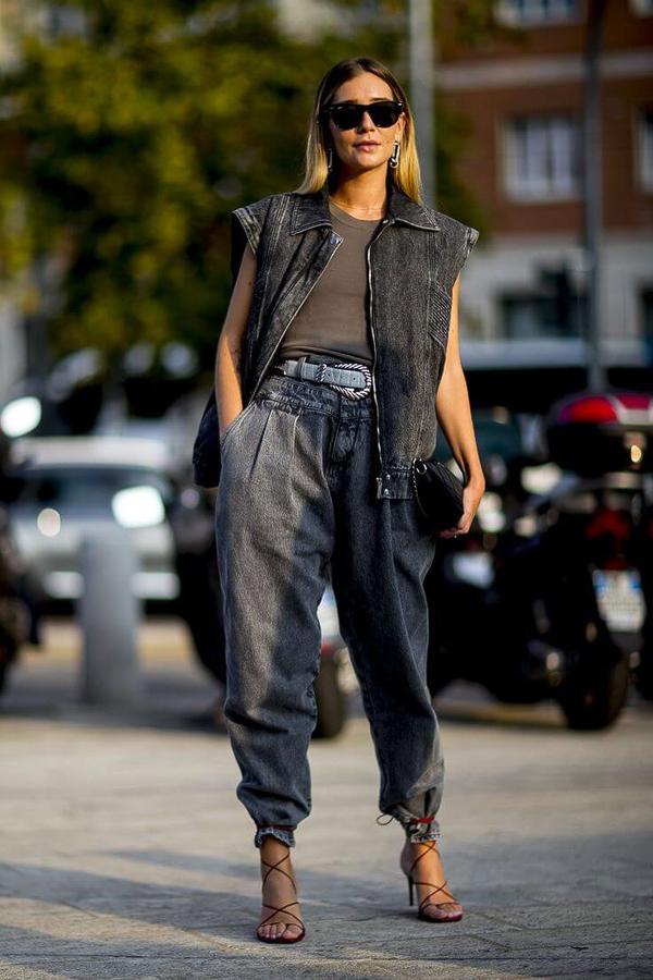 джинсы слоучи с жилеткой