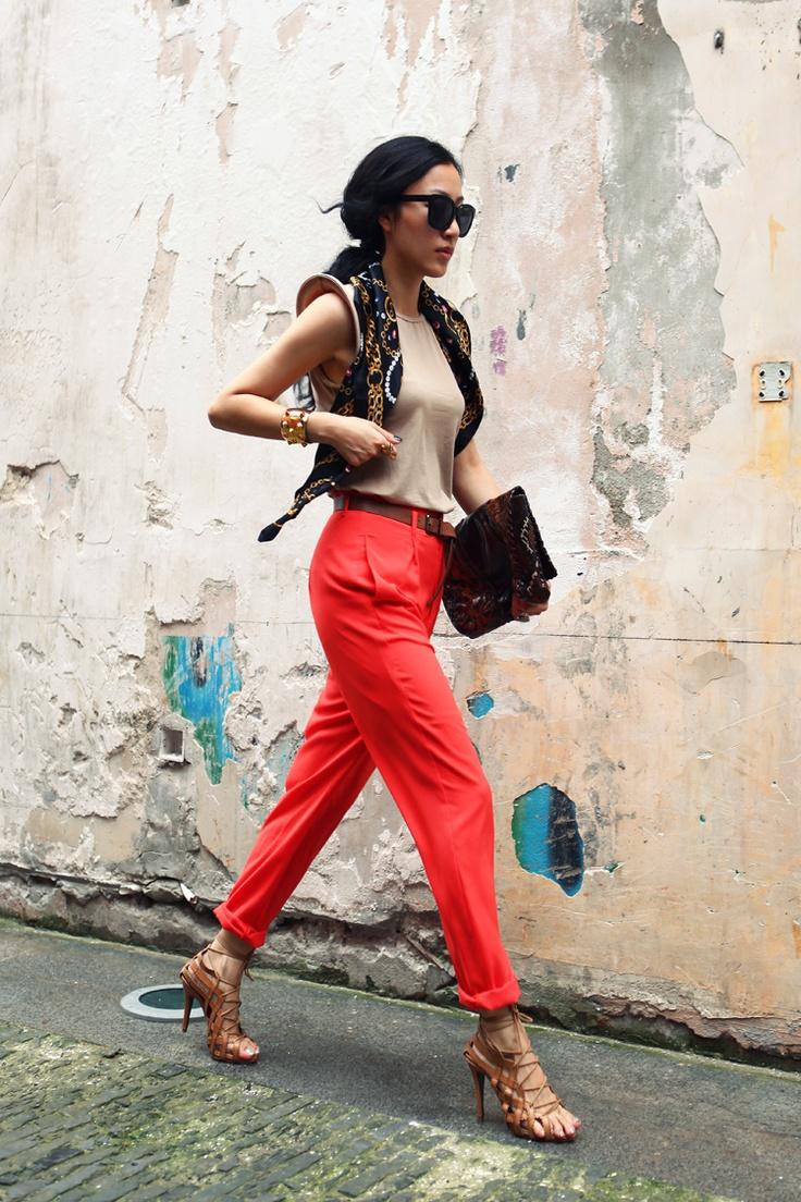 как носить брюки чинос красные