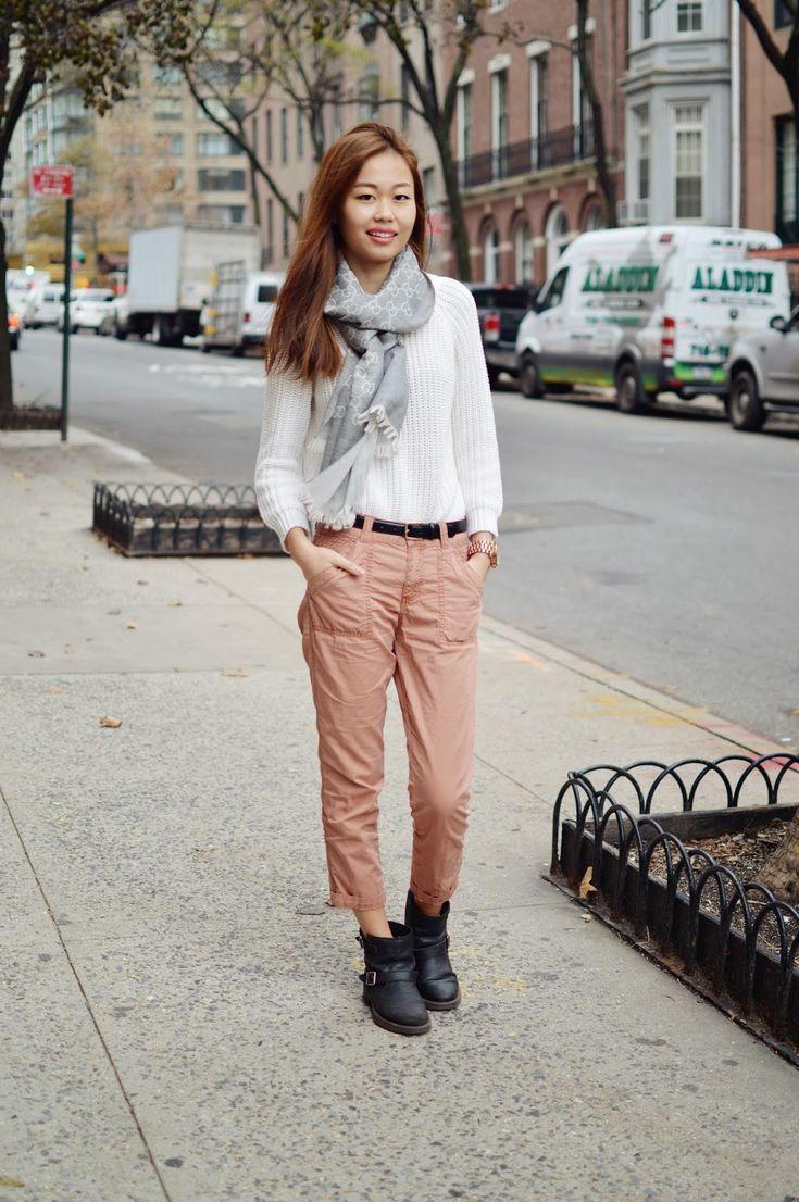 как носить брюки чинос с белым свитером