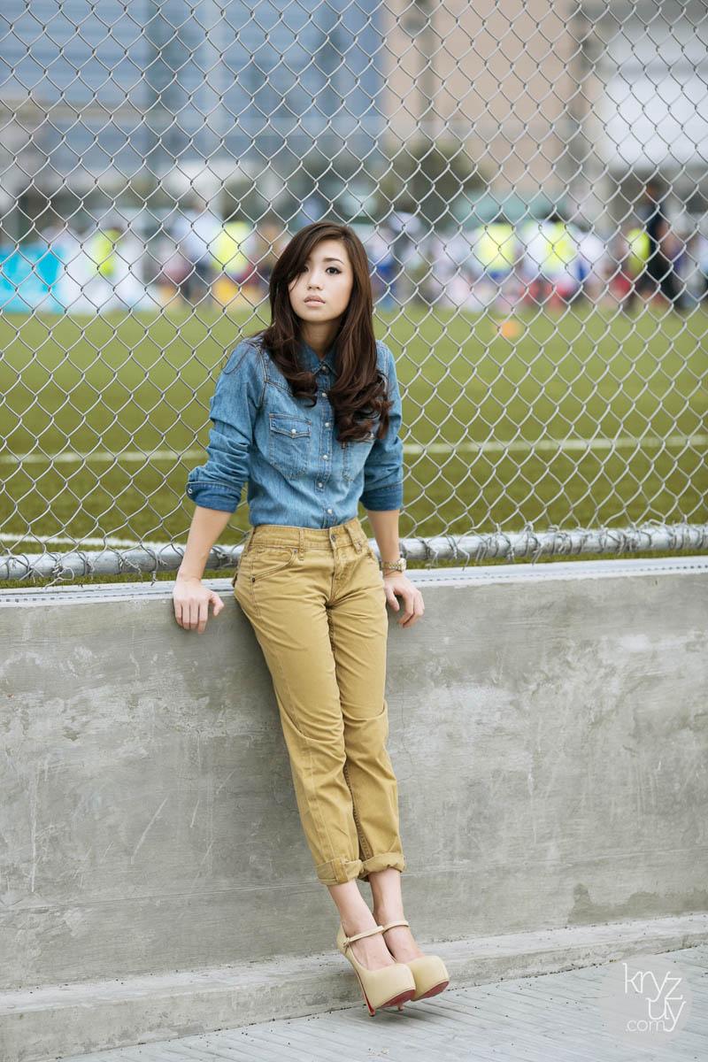 как носить брюки чинос бежевые с джинсовой рубашкой