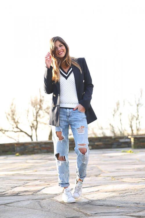 Рваные голубые джинсы с черным пиджаком