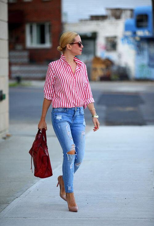 Рваные голубые джинсы с розовой полосатой рубашкой