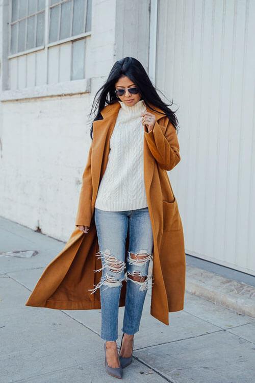 Рваные джинсы с коричневым пальто