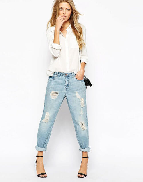 С чем носить широкие рваные джинсы с белой рубашкой