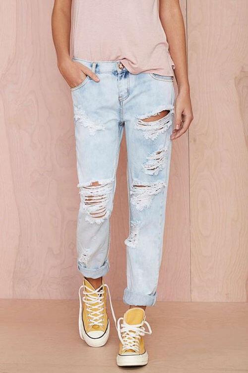 С чем носить широкие рваные джинсы с кедами