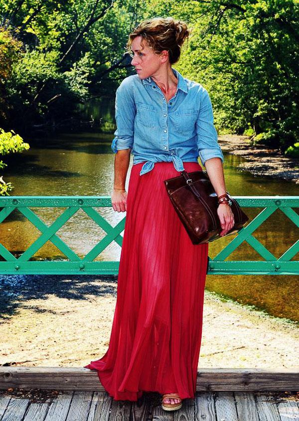 красная юбка с джинсовой курткой
