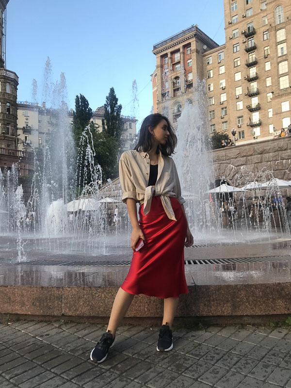 атласная красная юбка со свитером