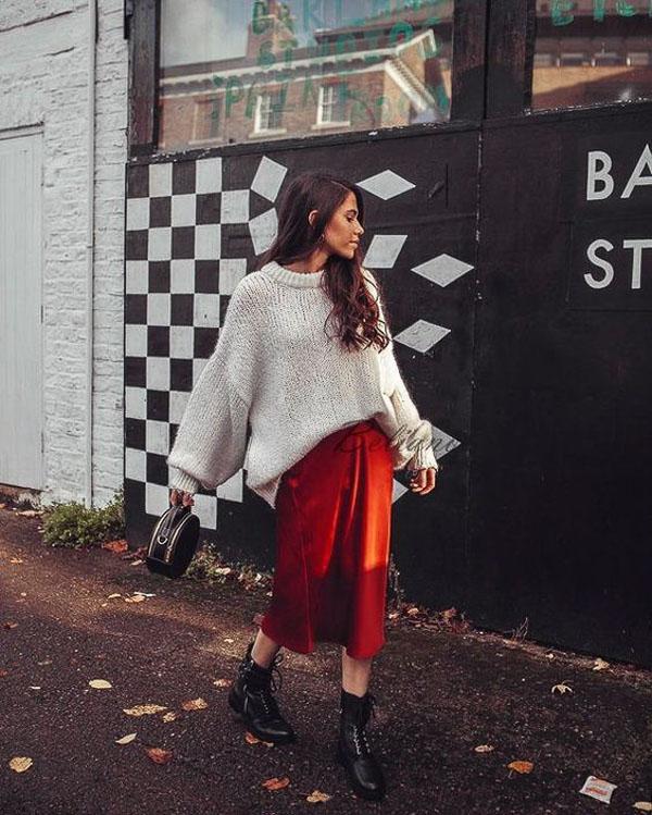 атласная красная юбка с объемным свитером