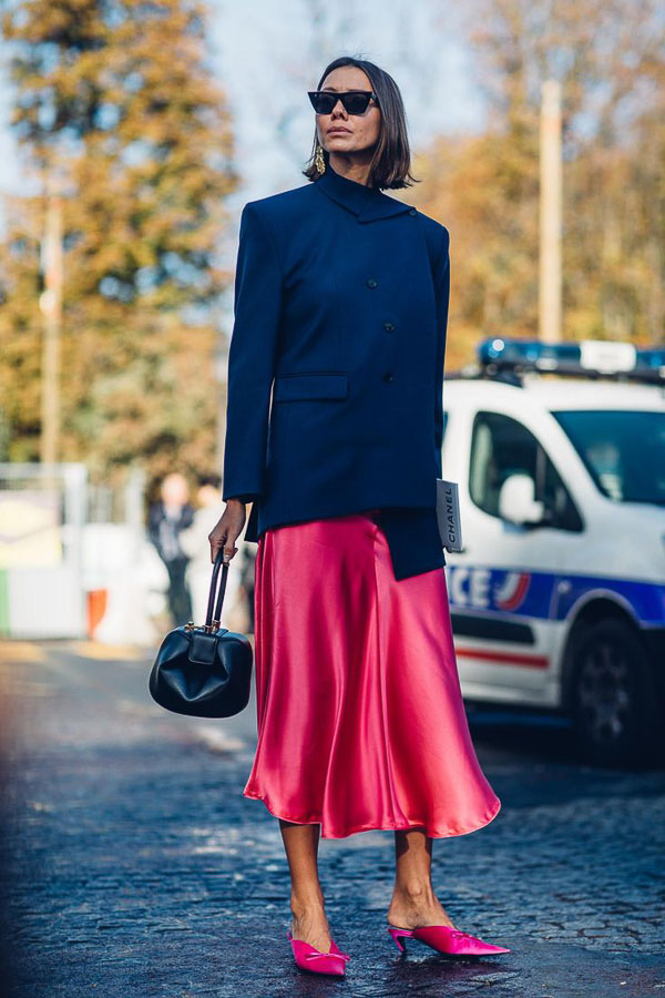 атласная красная юбка с черным пальто