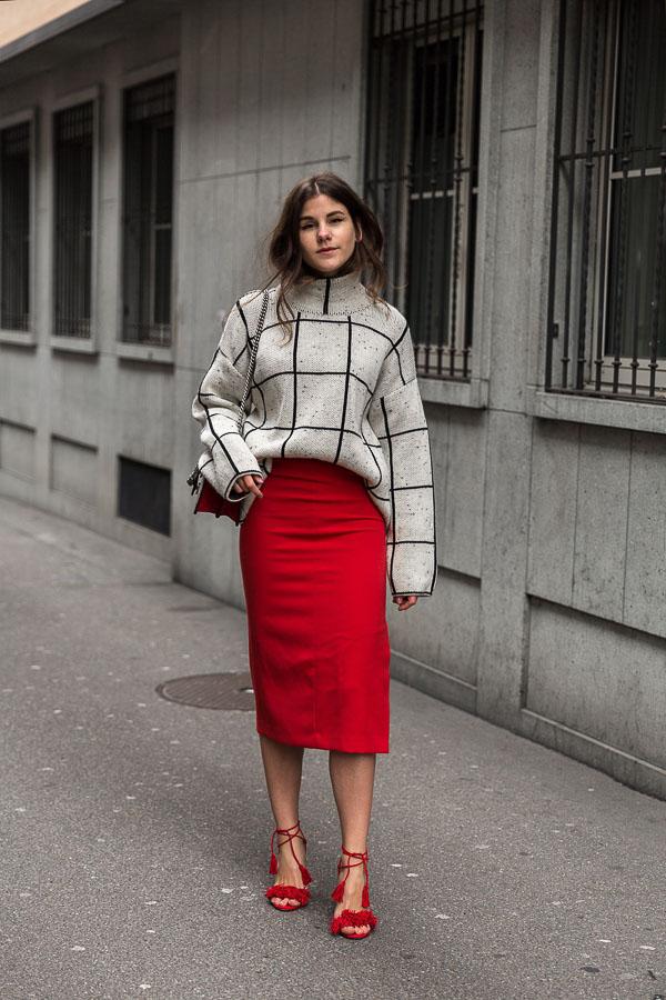 красная юбка карандаш со свитером в клетку