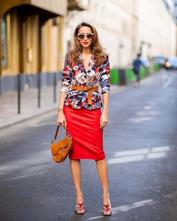 красная юбка карандаш с цветочным принтом