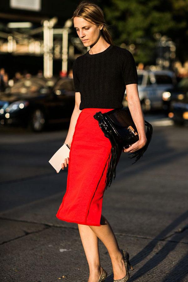 классическая красная юбка с футболкой
