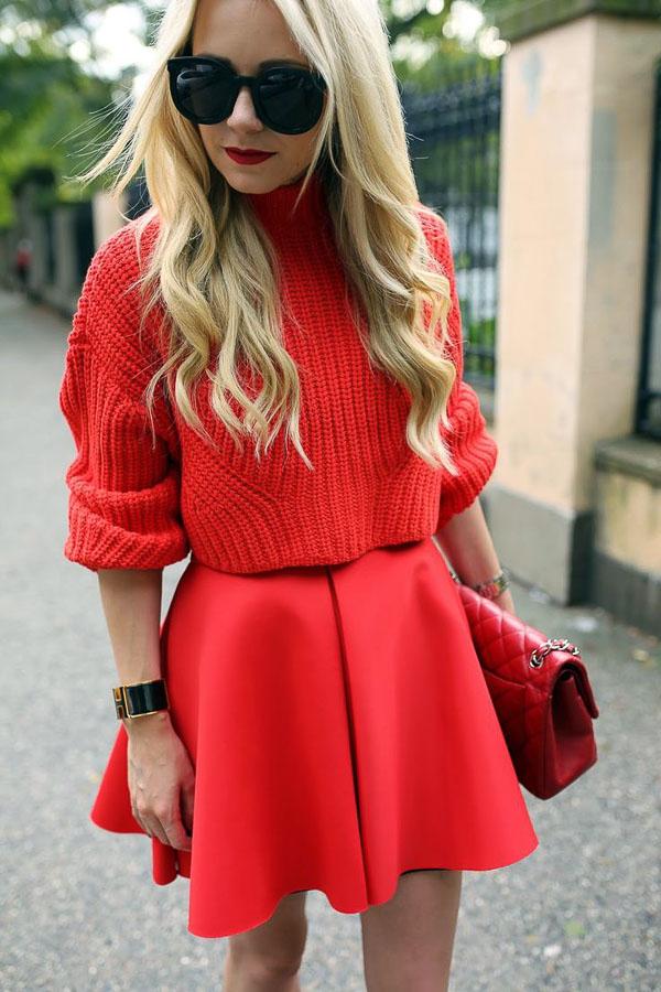 красная юбка короткая с красным свитером
