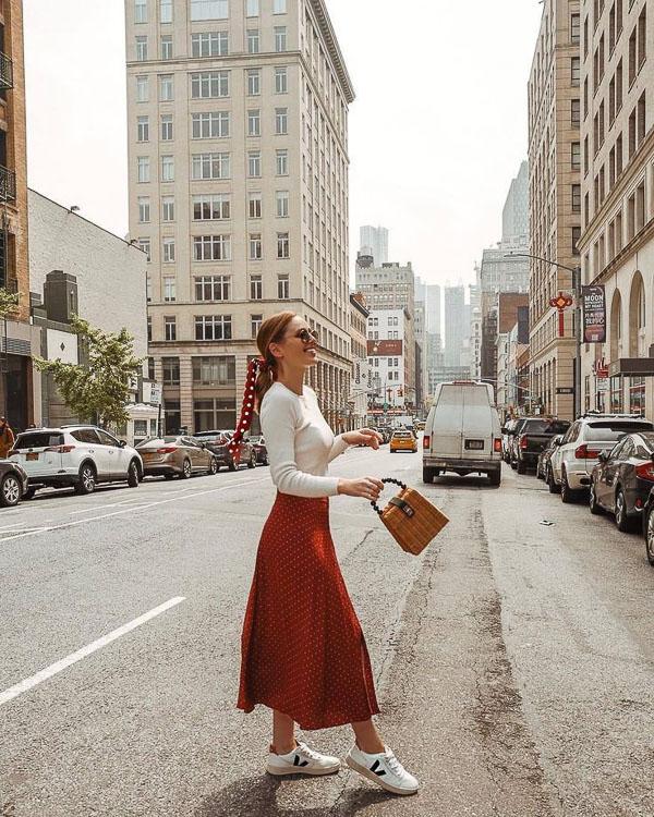 красная юбка миди с белой водолазкой
