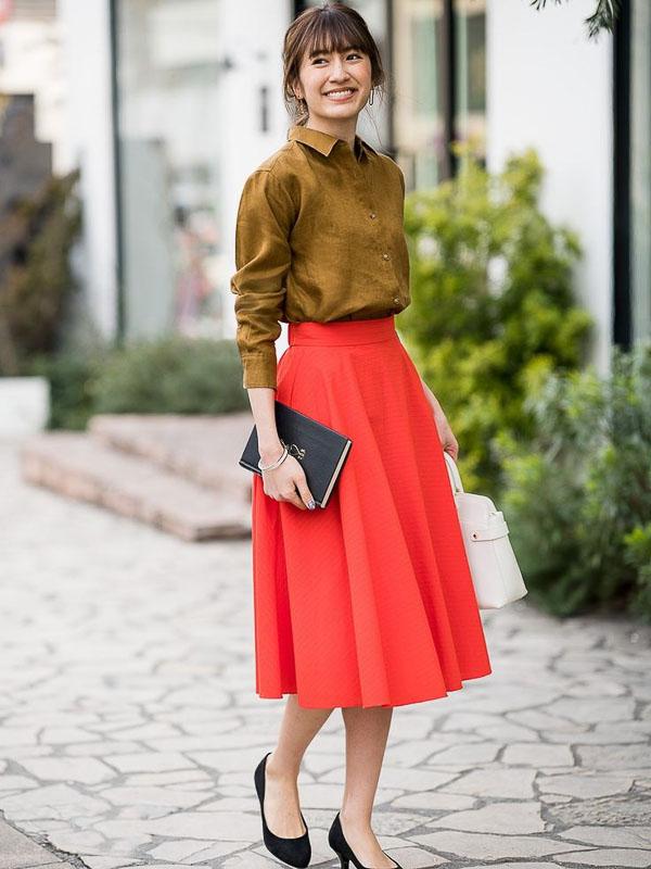 красная юбка миди с рубашкой