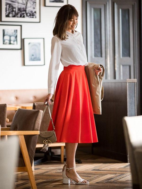 красная юбка миди с белой блузкой