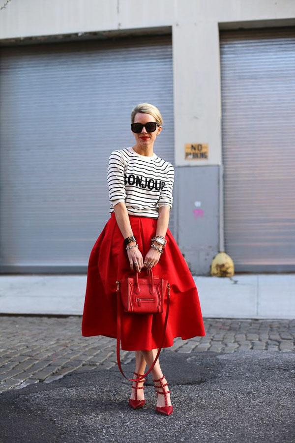 красная юбка миди как носить