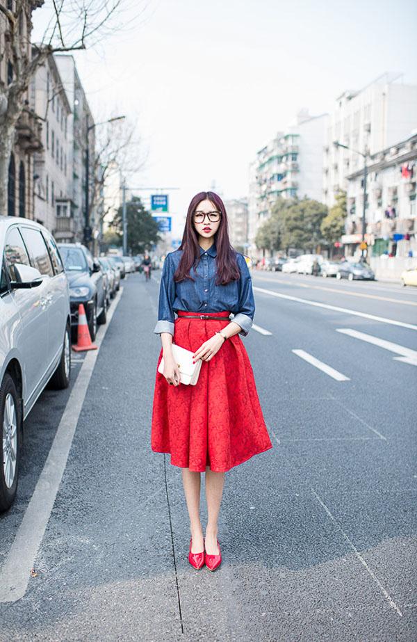 красная юбка миди с джинсовой рубашкой