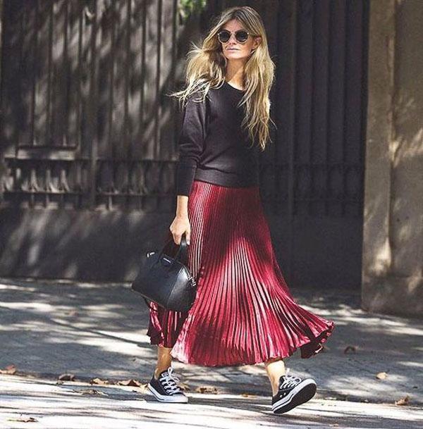 красная юбка плиссе с кедами