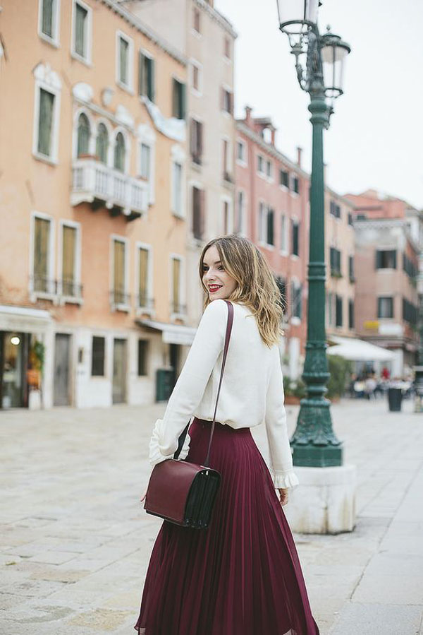 красная юбка плиссе с белым свитером