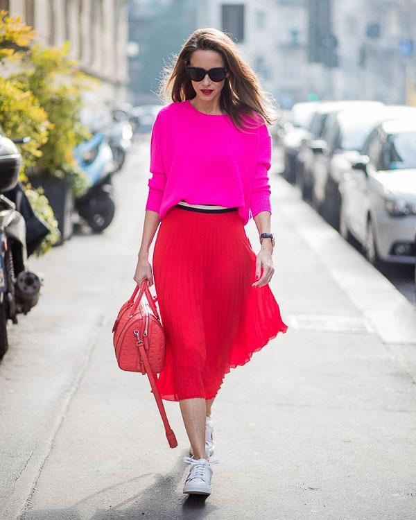 красная юбка плиссе с розовой рубашкой