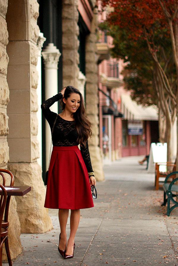 красная юбка солнце с черным свитером
