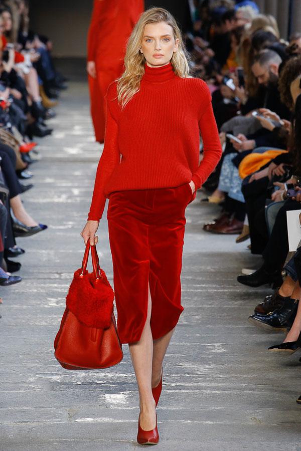 красная юбка с теплым свитером