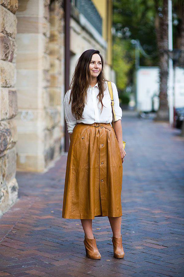 юбка миди коричневая с белой рубашкой