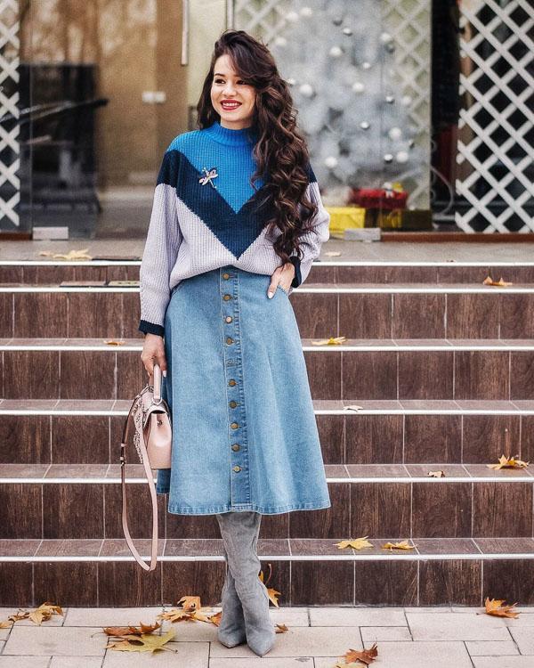 юбка миди с голубым свитером