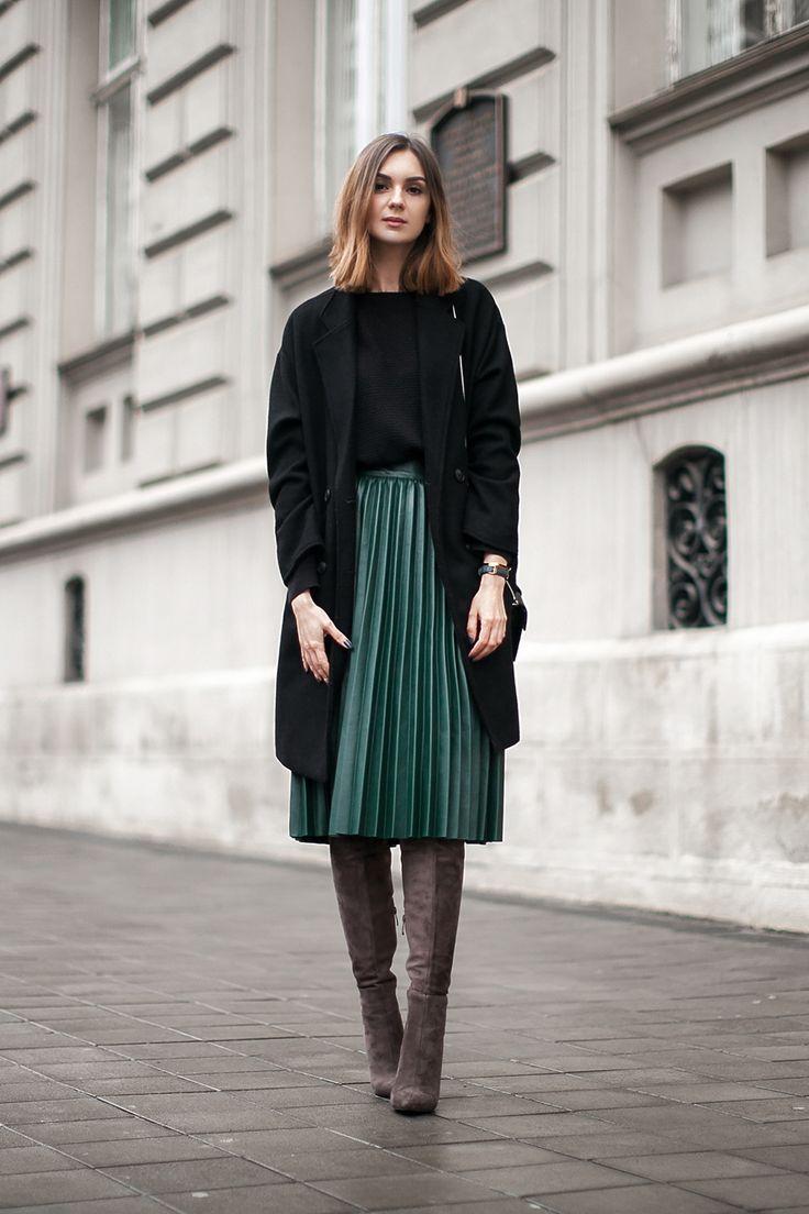 юбка миди с черным пальто