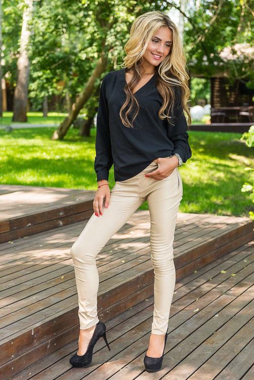 как носить бежевые кожаные брюки