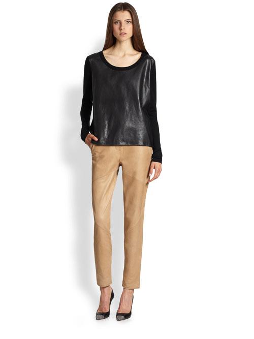 как носить бежевые кожаные брюки с черной рубашкой
