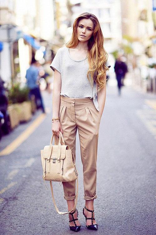 как носить бежевые кожаные брюки с белой майкой