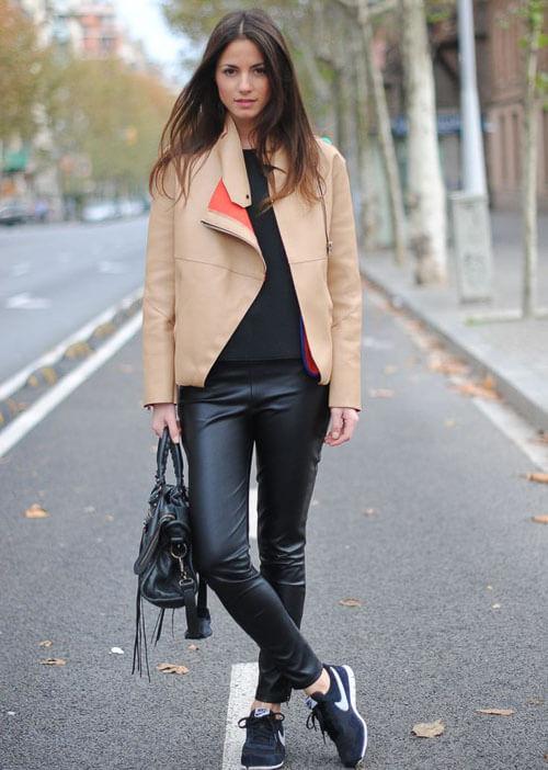 как носить Черные кожаные брюки с бежевой курткой