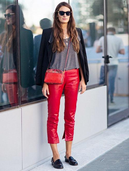 как носить кожаные брюки укороченные красные