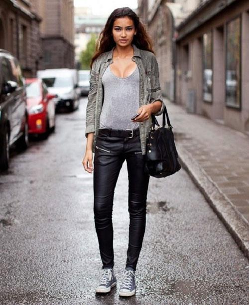 как носить кожаные брюки с кедами