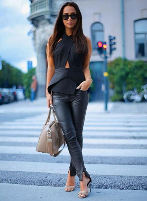 как носить серые кожаные брюки с топом