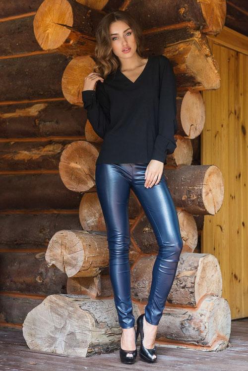 как носить синие кожаные брюки с черной рубашкой