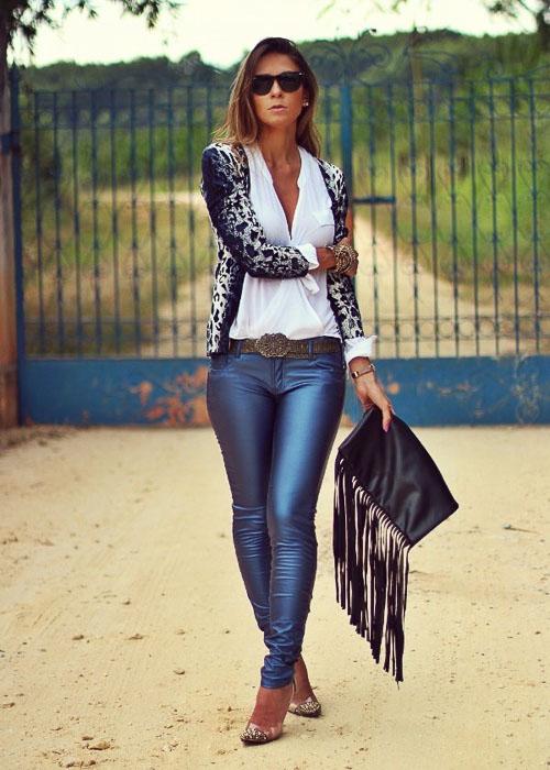 как носить синие кожаные брюки с белой рубашкой
