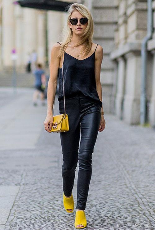 Черные кожаные брюки с черным топом