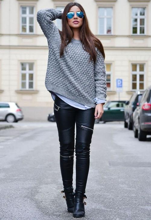 Черные кожаные брюки с серым свитером