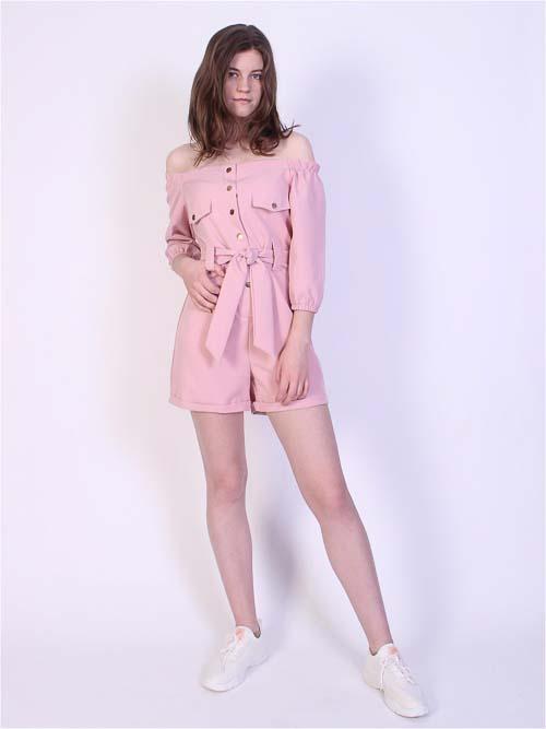 розовый комбинезон с кроссовками