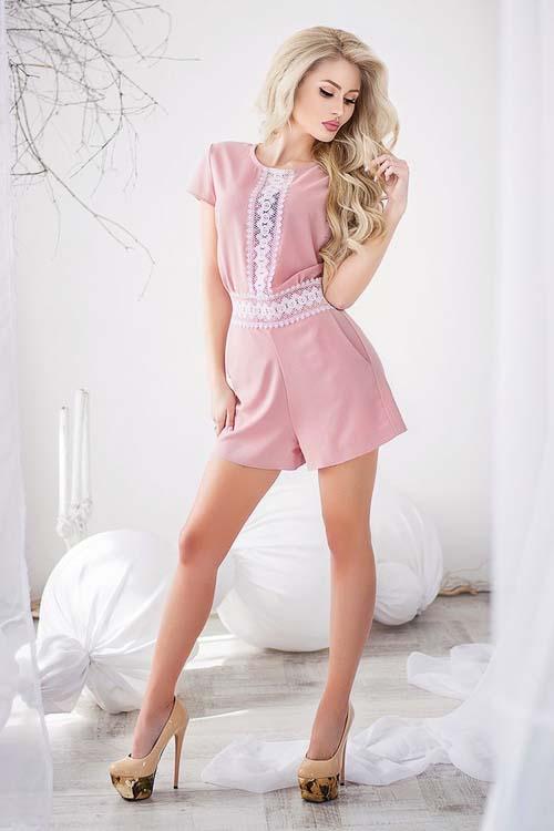 розовый комбинезон как носить