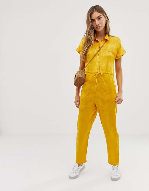 желтый комбинезон с кроссовками