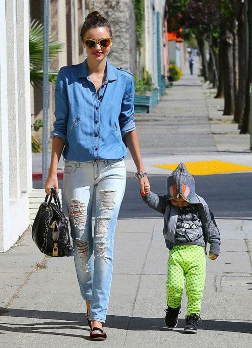 Рваные голубые джинсы с джинсовой рубашкой