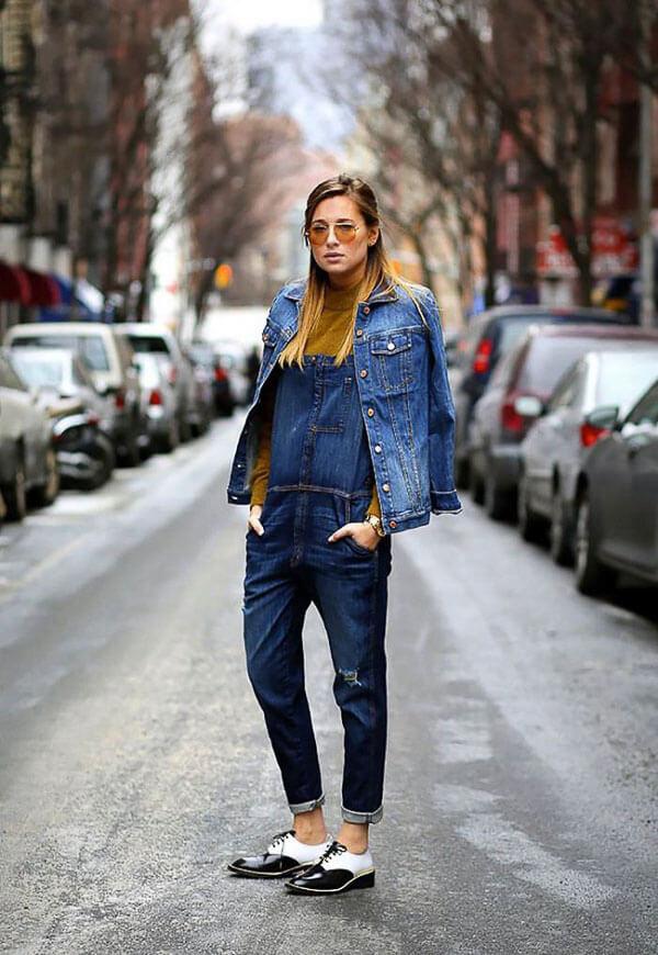синяя джинсовая куртка с комбинезоном