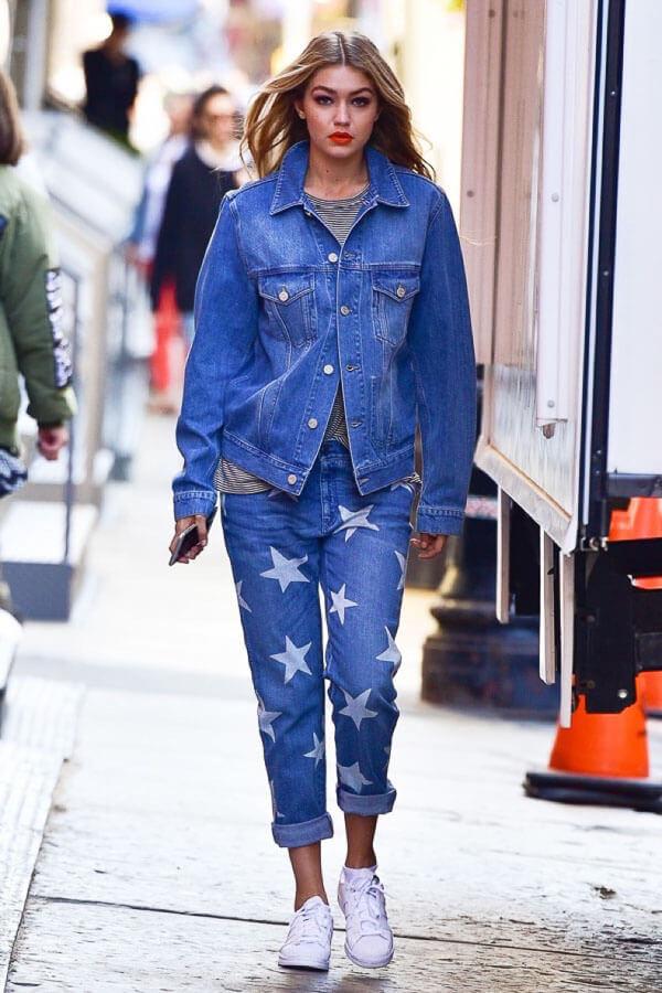 синяя джинсовая куртка с джинсами в звездочку