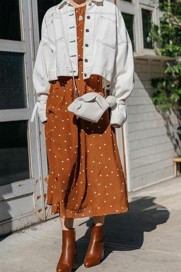 белая джинсовая куртка с коричневым платьем